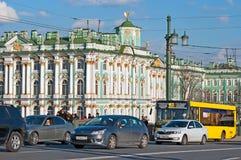 Άγιος-Πετρούπολη Ρωσία Άνθρωποι και μεταφορά στη γέφυρα παλατιών Στοκ Φωτογραφίες