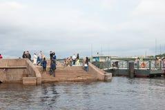 Άγιος-Πετρούπολη Ρωσία Άνθρωποι στην αποβάθρα διοικητών Στοκ Φωτογραφίες