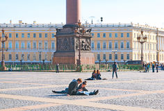 Άγιος-Πετρούπολη Ρωσία Άνθρωποι στο τετράγωνο παλατιών Στοκ Φωτογραφία