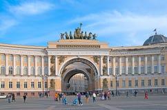 Άγιος-Πετρούπολη Ρωσία Άνθρωποι στο τετράγωνο παλατιών Στοκ εικόνα με δικαίωμα ελεύθερης χρήσης