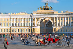 Άγιος-Πετρούπολη Ρωσία Άνθρωποι στο τετράγωνο παλατιών Στοκ Εικόνες