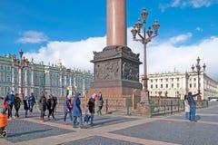 Άγιος-Πετρούπολη Ρωσία Άνθρωποι στο τετράγωνο παλατιών Στοκ φωτογραφία με δικαίωμα ελεύθερης χρήσης