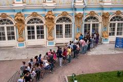 Άγιος-Πετρούπολη, Ρωσία - 26 Ιουνίου 2016: Οι άνθρωποι στέκονται στη γραμμή στο εσωτερικό παλατιών της Catherine Στοκ Φωτογραφίες