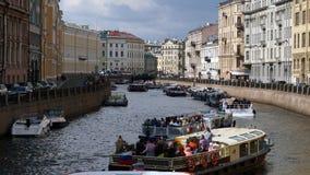 Άγιος-Πετρούπολη, Ρωσία - 10 Ιουνίου 2017: Στροφή από τις βάρκες εξόρμησης με τους τουρίστες στο κανάλι νερού, στο κέντρο πόλεων Στοκ φωτογραφία με δικαίωμα ελεύθερης χρήσης