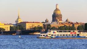 Άγιος Πετρούπολη, Ρωσία - 2 Ιουλίου 2016: θερινή ναυσιπλοΐα στον ποταμό Neva Αγία Πετρούπολη απόθεμα βίντεο