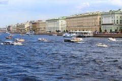 Άγιος-Πετρούπολη, Ρωσία, 31-Ιούλιος-2016: άποψη των βαρκών plesure στον ποταμό Neva Άγιος-Πετρούπολη Στοκ Φωτογραφίες