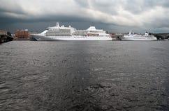 Άγιος-Πετρούπολη Ρωσία Κρουαζιερόπλοια στον ποταμό Neva Στοκ Εικόνες