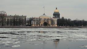 Άγιος Πετρούπολη, Ρωσία, στις 26 Μαρτίου 2016 - ποταμός Neva κατά τη διάρκεια της κλίσης πάγου, καθεδρικός ναός Αγίου Isaac απόθεμα βίντεο