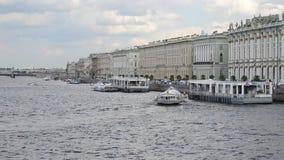 Άγιος-Πετρούπολη Ρωσία Υδροολισθητήρας στον ποταμό Neva απόθεμα βίντεο