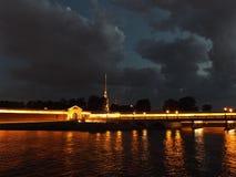 Άγιος-Πετρούπολη στη νύχτα Στοκ φωτογραφία με δικαίωμα ελεύθερης χρήσης