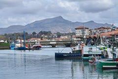 Άγιος Jean de Luz, Γαλλία  η ζωηρόχρωμη δημοφιλής αρχιτεκτονική του 03-18-2019 εδώ συναντά τις βάρκες στοκ εικόνα