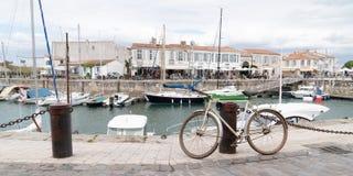 Άγιος Martin EN σχετικά με - Ile de Re Nouvelle Aquitaine/Γαλλία - 05 04 2019: Λιμάνι Αγίου Martin με ένα ποδήλατο στο μέτωπο στο στοκ φωτογραφία με δικαίωμα ελεύθερης χρήσης