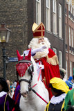 Άγιος Nicolaas στο άσπρο άλογό του Στοκ εικόνες με δικαίωμα ελεύθερης χρήσης