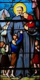 Άγιος Vincent de Paul σε ένα λεκιασμένο γυαλί στο Παρίσι στοκ εικόνα