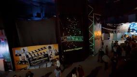 ΆΓΙΟΣ-ΠΕΤΡΟΥΠΟΛΗ - 25 ΔΕΚΕΜΒΡΊΟΥ: 4k Υπερβολικό HD μεγάλη αίθουσα με τους ανθρώπους στέγη απόθεμα βίντεο
