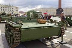 ΆΓΙΟΣ-ΠΕΤΡΟΥΠΟΛΗ, ΡΩΣΙΑ - 11 ΑΥΓΟΎΣΤΟΥ 2017: Αρχικοί σοβιετικοί στρατιωτικοί εξοπλισμός και δεξαμενές στο τετράγωνο παλατιών, Αγί Στοκ εικόνα με δικαίωμα ελεύθερης χρήσης