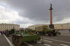ΆΓΙΟΣ-ΠΕΤΡΟΥΠΟΛΗ, ΡΩΣΙΑ - 11 ΑΥΓΟΎΣΤΟΥ 2017: Αρχικοί σοβιετικοί στρατιωτικοί εξοπλισμός και δεξαμενές στο τετράγωνο παλατιών, Αγί Στοκ Εικόνες