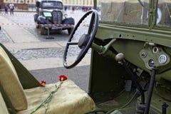 ΆΓΙΟΣ-ΠΕΤΡΟΥΠΟΛΗ, ΡΩΣΙΑ - 11 ΑΥΓΟΎΣΤΟΥ 2017: Αρχικοί σοβιετικοί στρατιωτικοί εξοπλισμός και δεξαμενές στο τετράγωνο παλατιών, Αγί Στοκ Φωτογραφίες