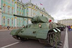 ΆΓΙΟΣ-ΠΕΤΡΟΥΠΟΛΗ, ΡΩΣΙΑ - 11 ΑΥΓΟΎΣΤΟΥ 2017: Αρχικοί σοβιετικοί στρατιωτικοί εξοπλισμός και δεξαμενές στο τετράγωνο παλατιών, Αγί Στοκ Εικόνα