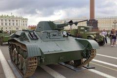 ΆΓΙΟΣ-ΠΕΤΡΟΥΠΟΛΗ, ΡΩΣΙΑ - 11 ΑΥΓΟΎΣΤΟΥ 2017: Αρχικοί σοβιετικοί στρατιωτικοί εξοπλισμός και δεξαμενές στο τετράγωνο παλατιών, Αγί Στοκ φωτογραφίες με δικαίωμα ελεύθερης χρήσης
