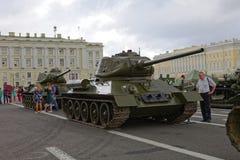 ΆΓΙΟΣ-ΠΕΤΡΟΥΠΟΛΗ, ΡΩΣΙΑ - 11 ΑΥΓΟΎΣΤΟΥ 2017: Αρχικοί σοβιετικοί στρατιωτικοί εξοπλισμός και δεξαμενές στο τετράγωνο παλατιών, Αγί Στοκ εικόνες με δικαίωμα ελεύθερης χρήσης