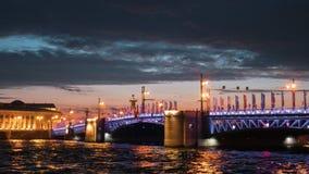 ΆΓΙΟΣ-ΠΕΤΡΟΥΠΟΛΗ, ΡΩΣΙΑ - 18 ΙΟΥΝΊΟΥ 2018: - Άποψη σχετικά με τον ποταμό Neva και τη γέφυρα παλατιών τη νύχτα απόθεμα βίντεο