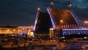 ΆΓΙΟΣ-ΠΕΤΡΟΥΠΟΛΗ, ΡΩΣΙΑ - 18 ΙΟΥΝΊΟΥ 2018: - Βάρκες γύρου στον ποταμό Neva και την αυξημένη γέφυρα παλατιών τη νύχτα απόθεμα βίντεο