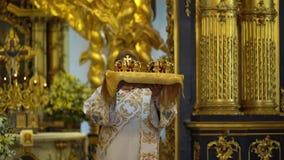 ΆΓΙΟΣ-ΠΕΤΡΟΥΠΟΛΗ, ΡΩΣΙΑ - 10 ΙΟΥΝΊΟΥ 2019: Ιερέας που προσεύχεται στην εκκλησία απόθεμα βίντεο