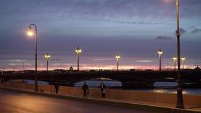 ΆΓΙΟΣ-ΠΕΤΡΟΥΠΟΛΗ, ΡΩΣΙΑ - 22 ΣΕΠΤΕΜΒΡΊΟΥ 2018: Ανάχωμα, γέφυρα, δρόμος και ποταμός πόλεων στο βράδυ απόθεμα βίντεο