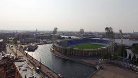 ΆΓΙΟΣ-ΠΕΤΡΟΥΠΟΛΗ, ΡΩΣΙΑ - 22 ΣΕΠΤΕΜΒΡΊΟΥ 2018: Γήπεδο ποδοσφαίρου Petrovsky στον ηλιόλουστο εναέριο κηφήνα θερινής ημέρας φιλμ μικρού μήκους