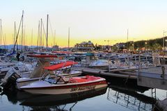 ΆΓΙΟΣ-RAPHAEL, ΓΑΛΛΙΑ, ΣΤΙΣ 26 ΑΥΓΟΎΣΤΟΥ 2016: Οι βάρκες έδεσαν στο ηλιοβασίλεμα στο λιμάνι στο λιμένα Provencal του Άγιος-Raphae στοκ φωτογραφίες με δικαίωμα ελεύθερης χρήσης