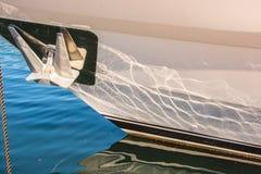 Άγκυρα και αντανάκλαση του νερού στη βάρκα Στοκ Φωτογραφία