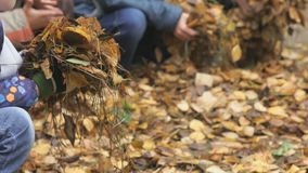 Άγνωστα μικρά παιδιά στο φθινοπωρινό πάρκο φιλμ μικρού μήκους