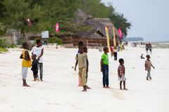 Άγνωστα παιδιά που παίζουν στην παραλία με τον κηφήνα ανωτέρω Στοκ Φωτογραφία