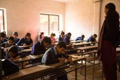 Άγνωστα παιδιά στο μάθημα στο δημόσιο σχολείο Στοκ Εικόνες