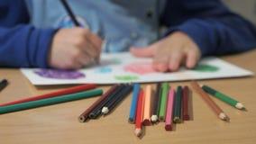 Άγνωστες εικόνες λίγων σχεδίων παιδιών Κινηματογράφηση σε πρώτο πλάνο απόθεμα βίντεο
