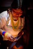 Άγνωστη γηγενής γυναίκα κατά τη διάρκεια ενός τελετουργικού Στοκ Φωτογραφίες