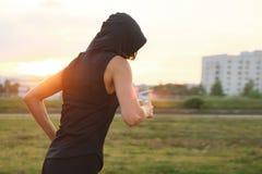 Άγνωστη νέα γυναίκα που τρέχει στο στάδιο υπαίθριο στοκ φωτογραφία με δικαίωμα ελεύθερης χρήσης