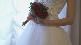 Άγνωστη νύφη στο γαμήλιο φόρεμα πολυτέλειας απόθεμα βίντεο