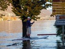 Άγνωστοι άνθρωποι που κάνουν σερφ στον πλημμυρισμένο δρόμο Στοκ φωτογραφία με δικαίωμα ελεύθερης χρήσης
