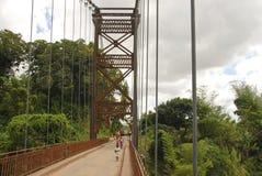 Άγνωστοι Αφρικανοί που περπατούν τη γέφυρα Στοκ φωτογραφία με δικαίωμα ελεύθερης χρήσης