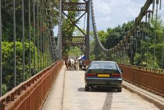 Άγνωστοι Αφρικανοί που περπατούν τη γέφυρα Στοκ Φωτογραφίες