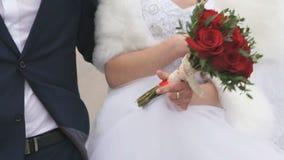 Άγνωστοι νύφη και νεόνυμφος που περπατούν από κοινού απόθεμα βίντεο