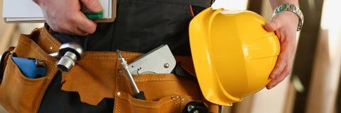 Άγνωστος handyman με τα χέρια στη μέση και στοκ εικόνα με δικαίωμα ελεύθερης χρήσης
