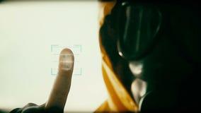 Άγνωστο πρόσωπο κάτω από τη μάσκα αερίου κατά τη διάρκεια του ελέγχου ασφαλείας απόθεμα βίντεο