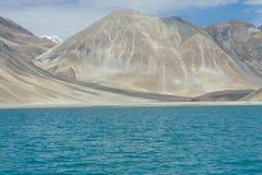Άγονα βουνά στο σκηνικό της μπλε λίμνης Στοκ εικόνες με δικαίωμα ελεύθερης χρήσης