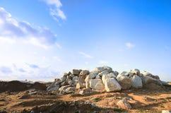 Άγονο τοπίο με το λόφο της πέτρας λίθων βράχου Στοκ Φωτογραφίες