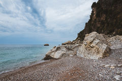 Άγρια ακτή του Μαυροβουνίου με τους βράχους Στοκ Εικόνες