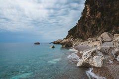 Άγρια ακτή του Μαυροβουνίου με τους βράχους Στοκ φωτογραφίες με δικαίωμα ελεύθερης χρήσης