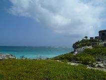 Άγρια και παραδείσια παραλία, έντονα χρώματα Στοκ εικόνα με δικαίωμα ελεύθερης χρήσης
